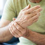 Ból nadgarstka – przyczyny i środki zaradcze